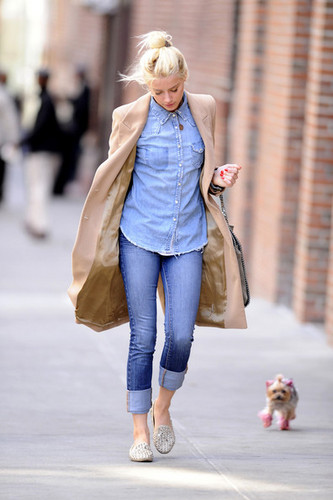 Amber Heard Strolls With Her rosa, -de-rosa Pooch (March 26)