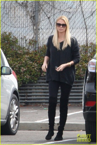 查理兹·塞隆 壁纸 with a business suit titled Charlize Theron & Baby Jackson: Post Office Run