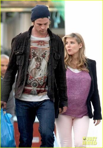 Chris Hemsworth & Elsa Pataky: Market Mates