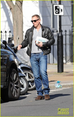 Daniel Craig steps out with a newspaper in Лондон 26/03/12