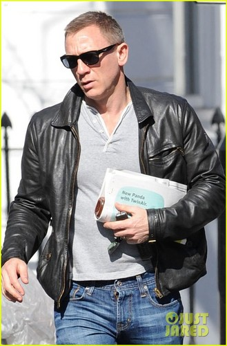 Daniel Craig steps out with a newspaper in London 26/03/12