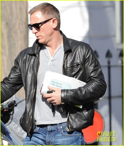 Daniel Craig steps out with a newspaper in 伦敦 26/03/12