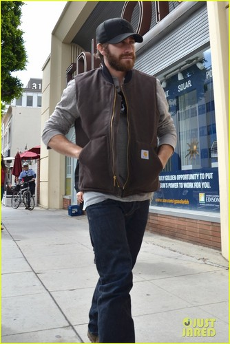 Jake Gyllenhaal wallpaper with a street, a carriageway, and a business suit entitled Jake Gyllenhaal: Low-Key Lunch at Urth Caffe
