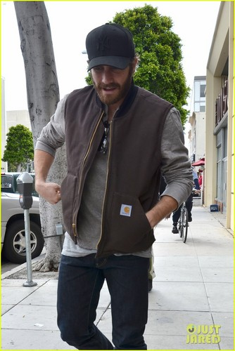 Jake Gyllenhaal wallpaper possibly containing a street and an outerwear titled Jake Gyllenhaal: Low-Key Lunch at Urth Caffe