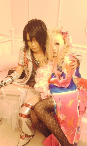 Kiryu 己龍 achtergrond probably containing a bouquet titled Kazuki (Royz) and Hiyori