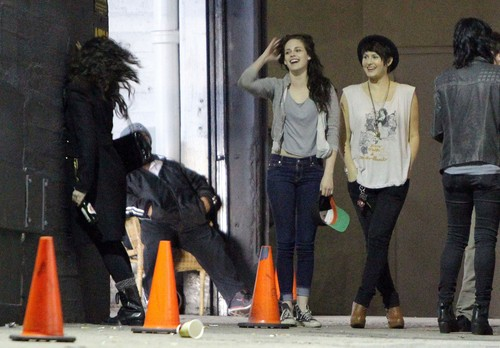 Kristen Stewart & Robert Pattinson out with フレンズ in Los Angeles, California - March 26, 2012.