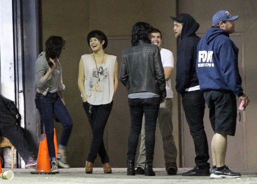 Kristen Stewart & Robert Pattinson out with Những người bạn in Los Angeles, California - March 26, 2012.