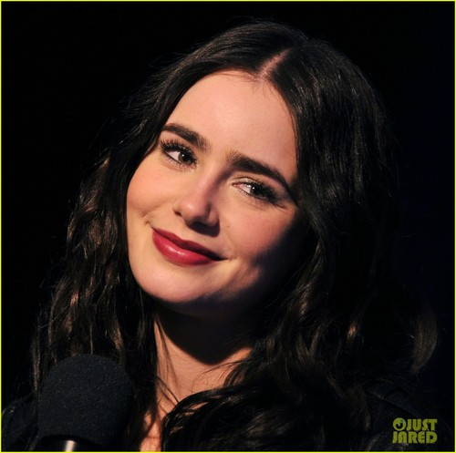 Lily Collins: 'Meet' Me at the 林檎, アップル Store