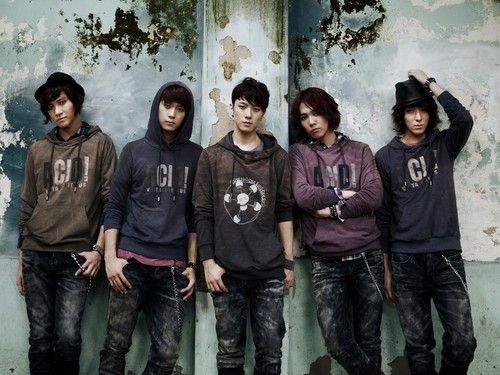 FT ISLAND (에프티 아일랜드) Hintergrund possibly containing a sign, a street, and a leisure wear called Litmus Autunm 2011
