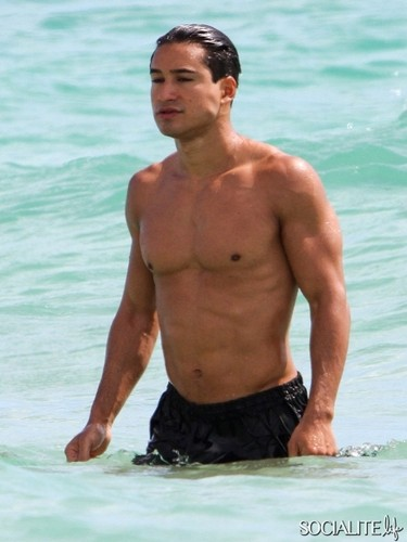 Mario Lopez Jogs Shirtless On The beach, pwani In Miami