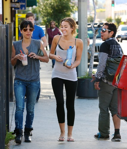 Miley - Leaving her pilates class in Los Angeles [27th March]