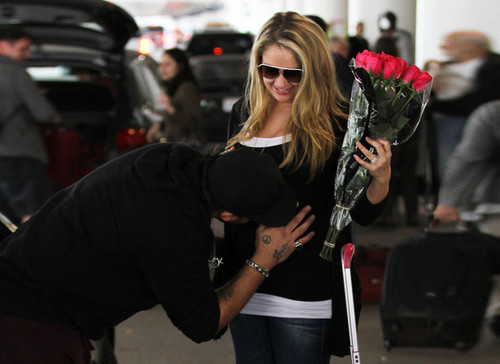 Mom-to-be Tiffany Thornton greeted with tình yêu