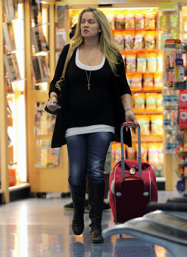 Mom-to-be Tiffany Thornton greeted with প্রণয়