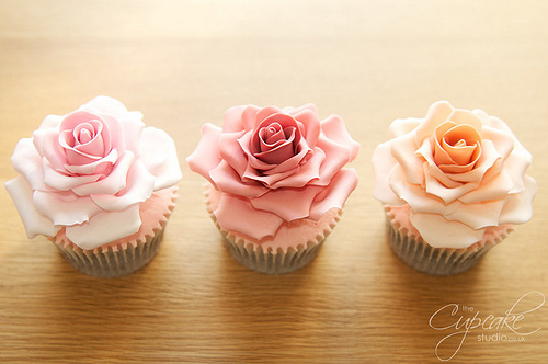Cupcakes wallpaper containing a cupcake, a cream cheese, and a bouquet called Rose cupcake