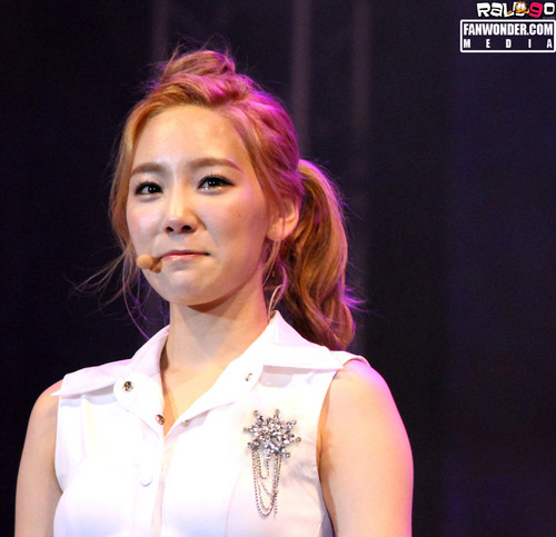 Taeyeon @ Twin Tower Live 2012 concerto