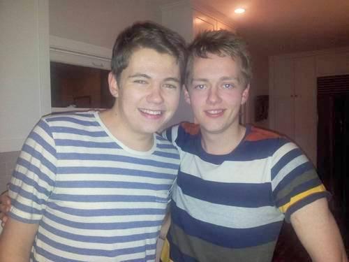 """Damian n Oran, Oran accompanied Damian on ギター when he sang """"Falling Slowly"""" on radio in Ireland"""