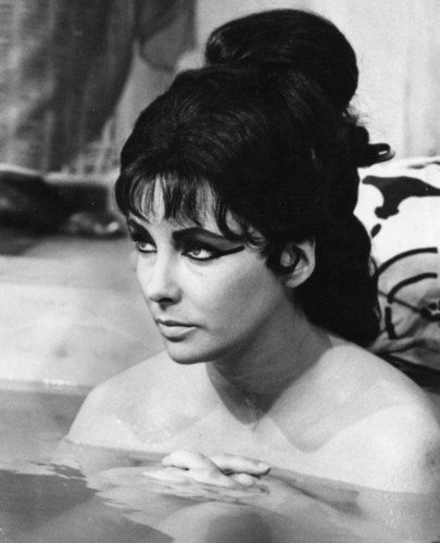Elizabeth Taylor karatasi la kupamba ukuta with a hot tub called Elizabeth Taylor