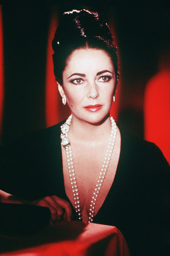 Elizabeth Taylor wallpaper possibly containing a business suit entitled Elizabeth Taylor
