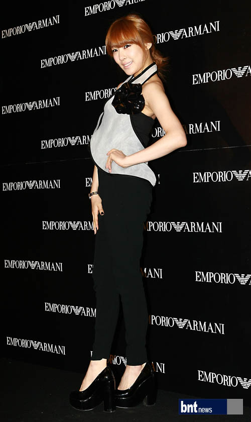 Tiffany en el evento de apertura de Emporio Armani 2012 Tiffany-Emporio-Armani-event-tiffany-girls-generation-30164182-500-840