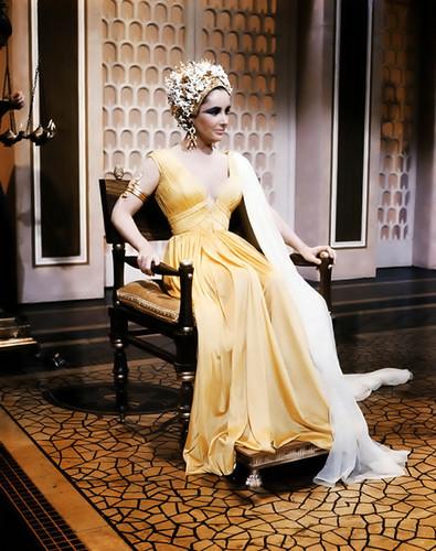 Elizabeth Taylor karatasi la kupamba ukuta probably containing a bridesmaid and a chajio, chakula cha jioni dress called Elizabeth Taylor