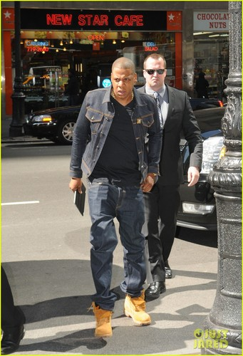 Jay Z wallpaper with a business suit and a street entitled Jay-Z: Denim Dad