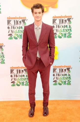 Andrew Garfield karatasi la kupamba ukuta containing a well dressed person titled Kids' Choice Awards 2012