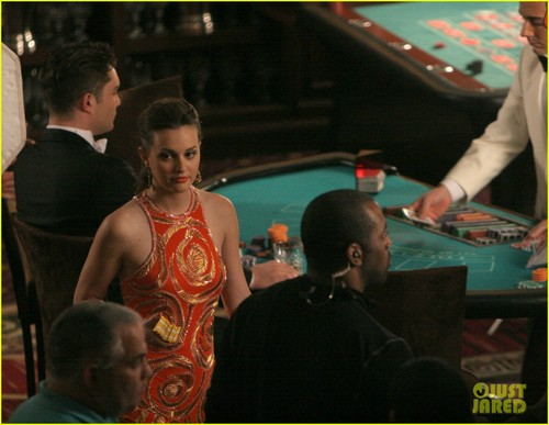 Leighton Meester and Ed Westwick film a scene at a blackjack meja, jadual inside the Roosevelt Hotel