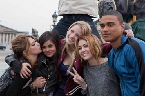 Miley cyrus y algunos de sus amigos♥