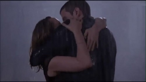 Nathan & Haley Ciuman in the rain
