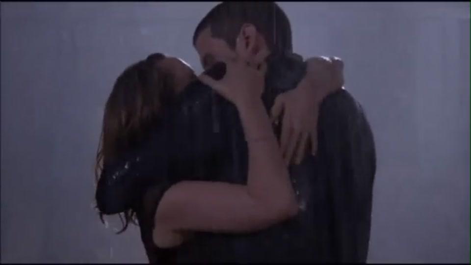Nathan & Haley kiss in the rain