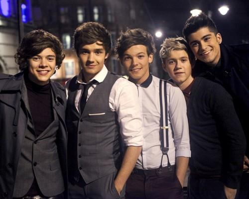 One Direction پیپر وال with a business suit and a well dressed person called OneDirection♥