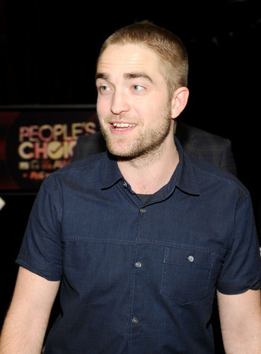 Robert Pattinson wallpaper called Robert At People's Choise Awards