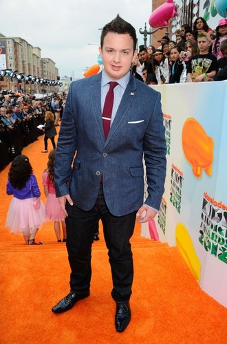 iCarly वॉलपेपर containing a business suit, a well dressed person, and a suit called The iCarly cast at the Kids' Choice Awards 2012 नारंगी, ऑरेंज carpet