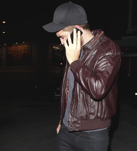 *NEW* Pics Robert Pattinson Out & About In LA Last Night 4th April  - robert-pattinson Photo