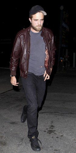 *NEW* Pics Robert Pattinson Out &amp; About In LA Last Night 4th April  - robert-pattinson Photo