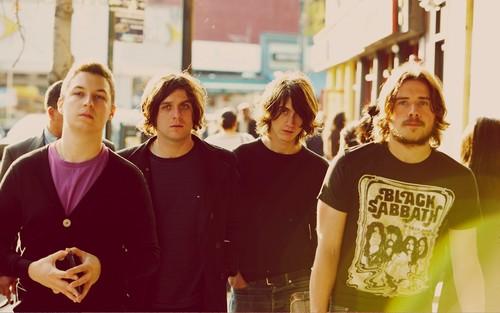 Arctic Monkeys karatasi la kupamba ukuta possibly with a jersey entitled Arctic Monkeys