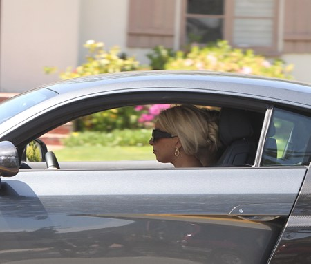 Gaga in Beverly Hills driving an ऑडी