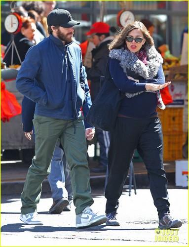 Jake Gyllenhaal: Sibling Stroll With Sister Maggie