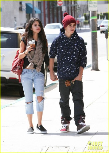 Justin Bieber and Selena Gomez wallpaper possibly with a street entitled Justin Bieber & Selena Gomez: Panera Pair