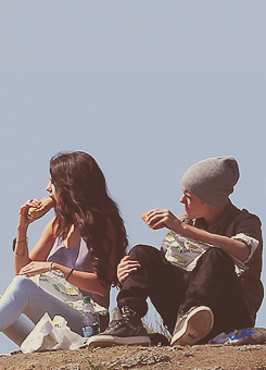 Justin and Selena eating subway on a 언덕, 힐 ☺