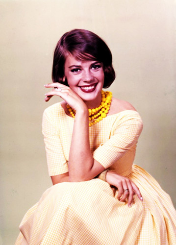 Natalie Wood Hintergrund probably containing a bridesmaid, a gown, and a abendessen dress titled Natasha