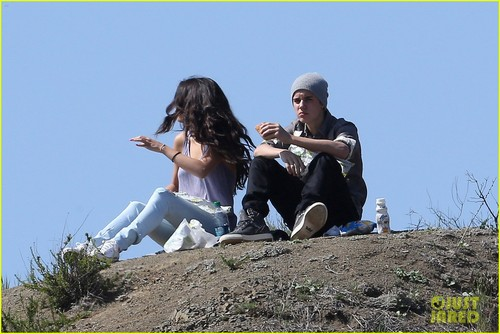 Selena Gomez: Subway Sandwiches with Justin Bieber! - justin-bieber-and-selena-gomez Photo