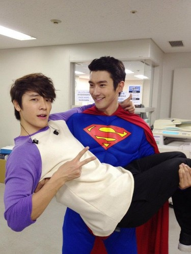 Super Siwon comes to save Dong Hae.
