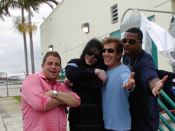 michael with his Những người bạn