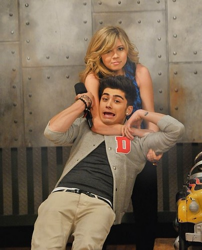 AAAAAAAAAAAAAAAAAH!! ZAYN AT I CARLY!!