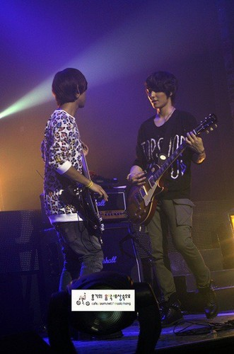 FT ISLAND (에프티 아일랜드) Hintergrund with a konzert and a guitarist called Beautiful Journey konzert in Busan Jae Jin & Jong Hun