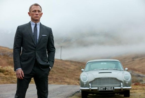 Daniel Craig Hintergrund with a business suit, a suit, and a well dressed person called Daniel as James Bond in Skyfall
