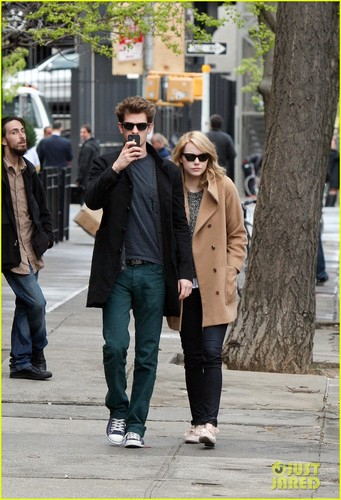 Emma Stone & Andrew ガーフィールド Cuddle in the City!