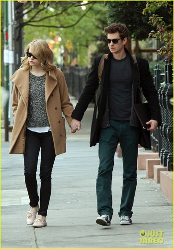 Emma Stone & Andrew गारफील्ड Cuddle in the City!