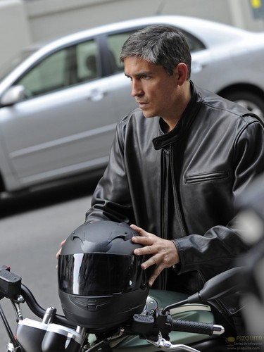 "John Reese پیپر وال probably containing a motorcycle cop, a street, and a موٹر سائیکل سوار, لات مار رہا titled John Reese || 1x09 ""Get Carter"""